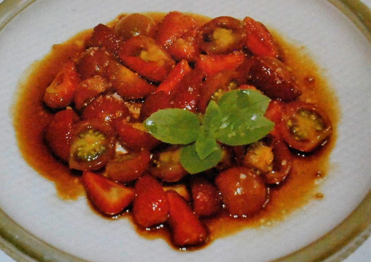 Salada de tomates cereja e morangos